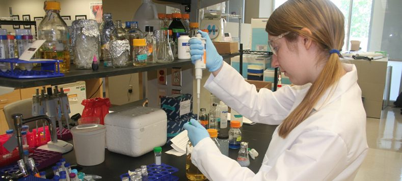 Bioengineering student working in the Institute for Genomic Biology